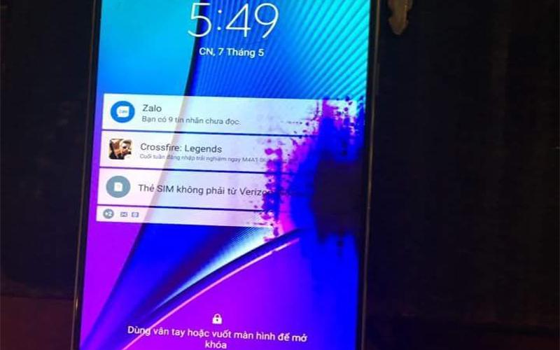 Điện thoại Samsung bị lem mực ở góc màn hình